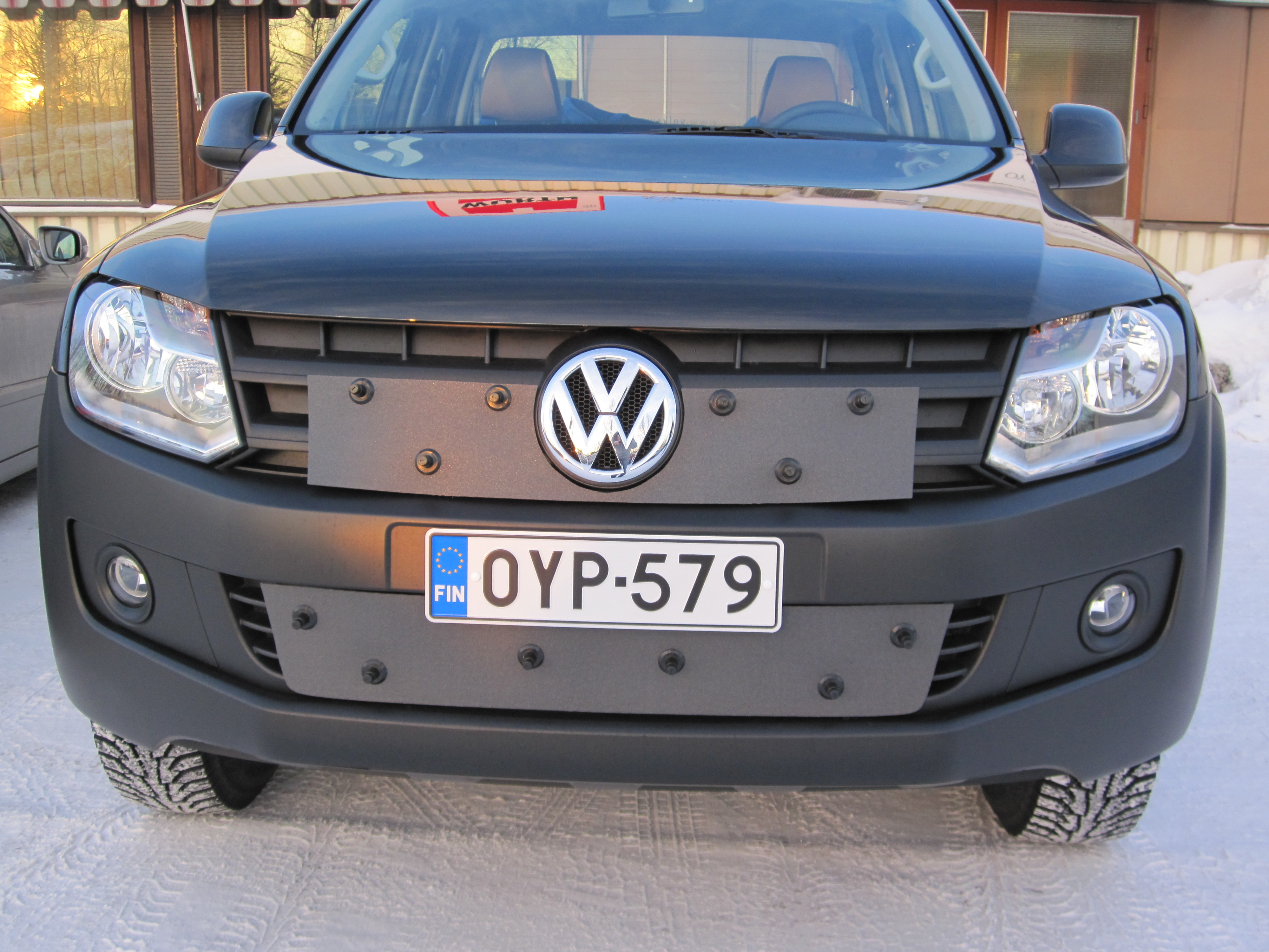 Maskisuoja Volkswagen Amarok 11-16 Huom!Vain musta puskuri!